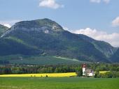 Wiese und Kirche von Saint Ladislav