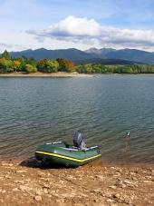 Fischerboot am Liptovska Mara im Herbst
