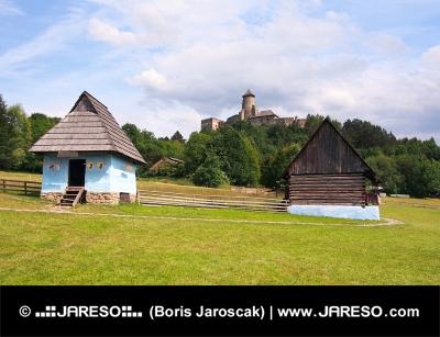 Μια λαϊκή σπίτια και το κάστρο στην Stara Lubovna