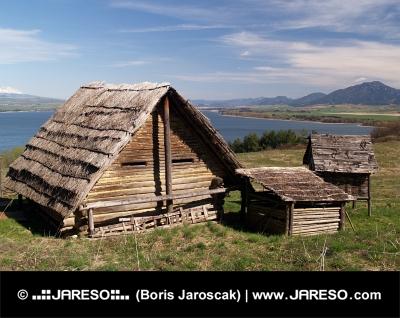Αρχαία ξύλινα σπίτια από κορμούς σε Havranok μουσείο