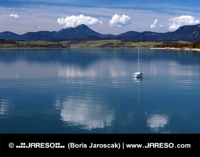 Βαθιά νερά του Μάρα Liptovska το καλοκαίρι