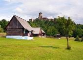 Λαογραφικό σπίτια και το κάστρο στην Stara Lubovna