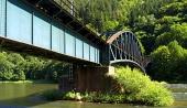 Railroad γέφυρα κοντά στο χωριό Strecno κατά τη διάρκεια του καλοκαιριού στη Σλοβακία