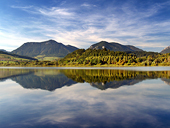 Hills αντανακλάται στην λίμνη Liptovská Mara στο ηλιοβασίλεμα