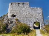 Οχύρωση από την κύρια πύλη της Cachtice Castle