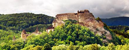 Seleccionado Mano catálogo con fotografías de imágenes del patrimonio cultural, como fotografías de castillos, museos al aire libre, pueblos históricos y la arquitectura.