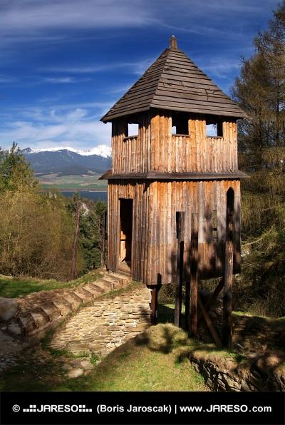 Torre de reloj de madera en el museo al aire libre Havranok, Estados Unidos