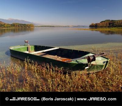 Bote de remos en la orilla del lago Liptovska Mara, Irlanda