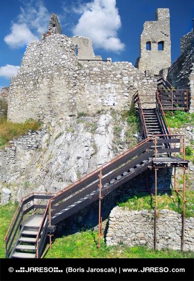 Interior con escaleras en el castillo de Beckov, Eslovaquia