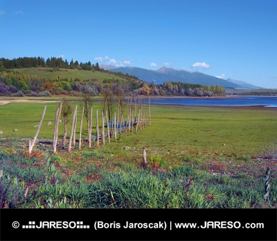 Muelle de madera en la orilla seca del lago Liptovska Mara