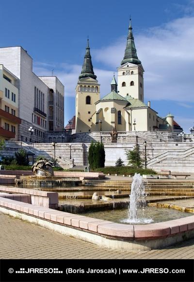 Iglesia, el teatro y la fuente en Zilina