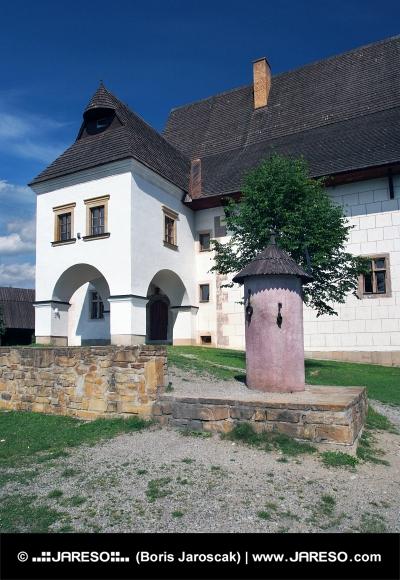 Casa solariega Rare y el pilar de la vergüenza en Pribylina