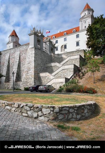 Fortificación muro y la escalera del castillo de Bratislava