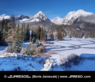 Frozen Strbske Pleso en High Tatras en invierno