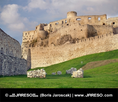 Fortificación del castillo de Spissky antes del atardecer