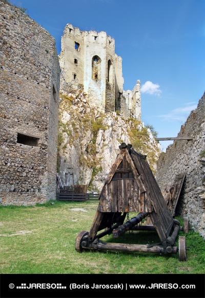 Ariete bajo el castillo de Beckov