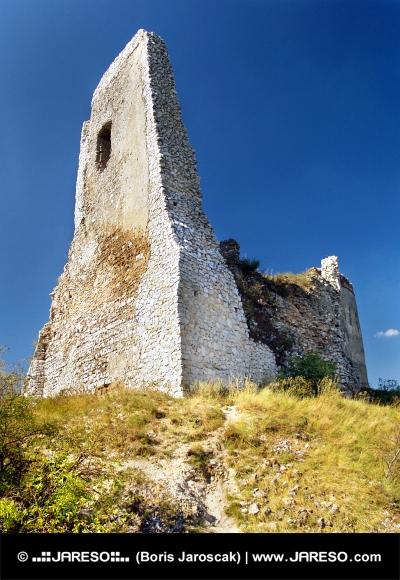 El castillo de Cachtice - torre del homenaje arruinada