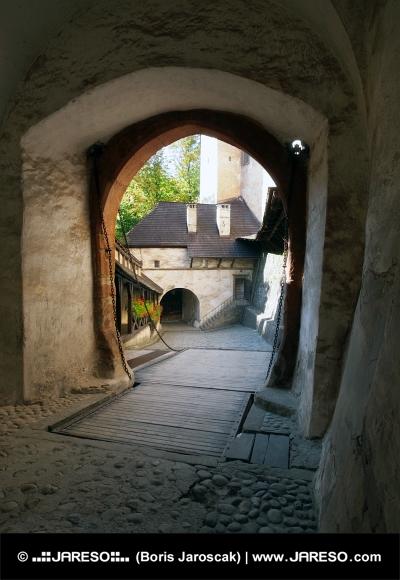 Puente levadizo y la puerta al castillo de Orava, Eslovaquia