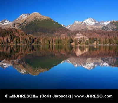 Altos Tatras reflejan en Strbske Pleso