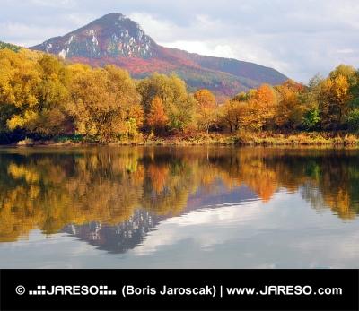 Disfrute de colina y el río Vah en otoño