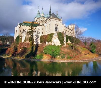 Castillo Bojnice famoso en otoño
