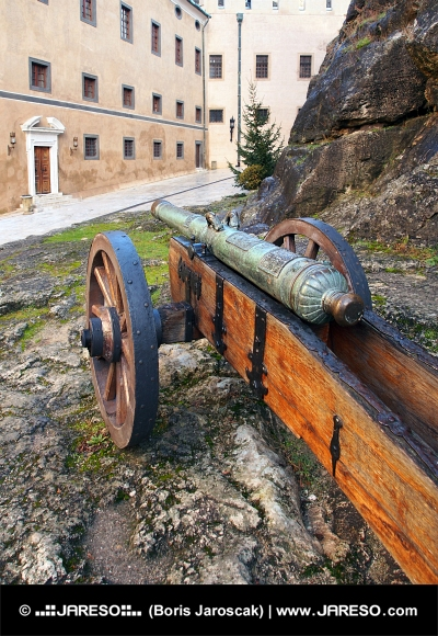 Cañón histórico en el castillo de Bojnice, Eslovaquia