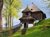 Rare iglesia UNESCO en Leštiny, Eslovaquia