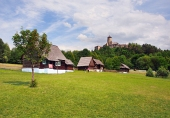 Skansen y el castillo en Stara Lubovna, Eslovaquia