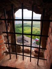 Una vista a través de una ventana enrejada, castillo Lubovna
