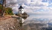 Reflexión de la torre en Liptovska Mara, Eslovaquia
