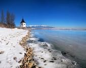 El lago Liptovska Mara congelado con hielo