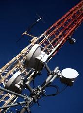 Vista diagonal del transmisor sobre fondo azul