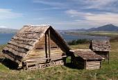 Casas de troncos de madera antiguas en Havranok Museo
