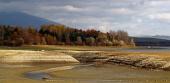 Lago seco durante el día soleado de otoño