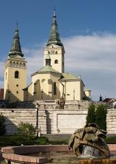Iglesia y fuente en Zilina, Eslovaquia
