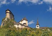 Castillo de Orava en día claro de verano