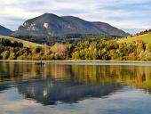 Colina reflejada en el lago Liptovska Mara en Eslovaquia durante el oto?o