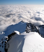 Por encima de las nubes en High Tatras en Lomnicky pico