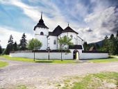 Iglesia gótica en museo al aire libre Pribylina