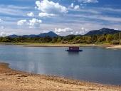 Pequeña casa flotante y la costa en verano
