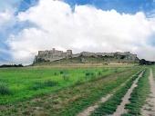 Camino del campo de Castillo de Spis en verano