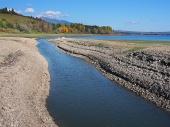 Shore y el canal en el lago Liptovska Mara en Eslovaquia durante el oto?o