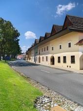 Carretera y burgués casas en Spisska Sábado