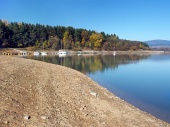 Shore en Orava embalse (Embalse de Orava)