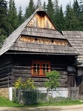 Casa tradicional de madera en el museo Zuberec
