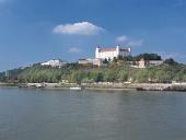 Castillo de Bratislava por encima del río Danubio