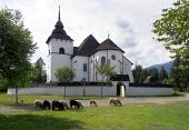 Iglesia gótica en Pribylina con ovejas