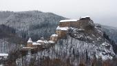 Todos los edificios del castillo de Orava en invierno