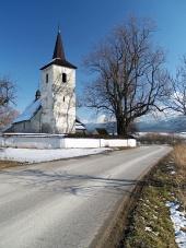 Camino del invierno a la iglesia en Ludrova