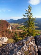 Perspectivas de otoño de Vysnokubinske Skalky